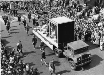 XXXIII-992-01-2 Ter gelegenheid van de viering van 10 jaar bevrijding. Historische optocht. Allegorisch uitgebeeld. Op ...