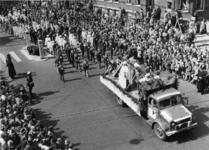 XXXIII-992-01-3 Ter gelegenheid van de viering van 10 jaar bevrijding. Historische optocht. De vakscholen. Op de ...