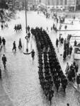 XXXIV-45-01-01 Mariniers marcheren over het Hofplein.