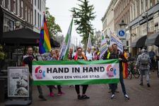 46-75 Pride March Rotterdam tijdens Rotterdam Pride 2021. Betogers op de Oude Binnenweg poseren met een spandoek met de ...
