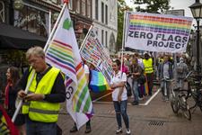 46-76 Pride March Rotterdam tijdens Rotterdam Pride 2021. Betogers lopen met regenboogvlaggen over de Oude Binnenweg.