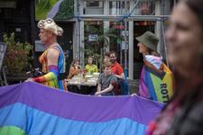 46-77 Pride March Rotterdam tijdens Rotterdam Pride 2021. Betogers lopen met regenboogvlaggen over de Oude Binnenweg. ...