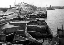 1968-1472 Gezicht op de Merwehaven met vernielingen.