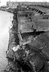 1970-2540 Havenverwoestingen veroorzaakt door de Duitse bezetters. Vernielde havenkranen en loods San Francisco van de ...