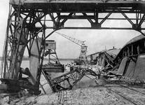 1970-2542 Havenverwoestingen veroorzaakt door de Duitse bezetters. Vernielde havenkranen en loodsen van Thomsen's ...