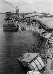 1970-2543 Havenverwoestingen veroorzaakt door de Duitse bezetters. Vernielde havenkranen en loodsen van Thomsen's ...