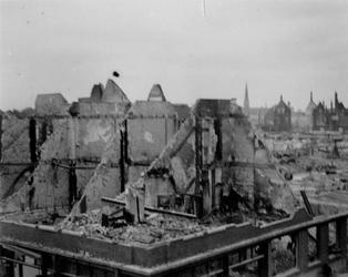 1972-72 Gezicht op de Hofdijk-Almondestraat en omgeving met verwoeste gebouwen als gevolg van het Duitse bombardement ...