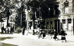 1976-1855 Restanten van een woonhuis aan de noordzijde van de Zwart Janstraat (nrs. 117-119) , na het bombardement van ...