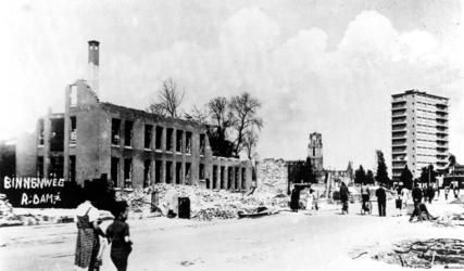 1976-1858 Gezicht op de door het Duitse bombardement van 14 mei 1940 getroffen Binnenweg, uit het zuidwesten. Op de ...
