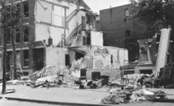 1976-1865 Als gevolg van het bombardement in de nacht van 11 op 12 mei 1940 zijn aan de Schietbaanlaan restanten van ...