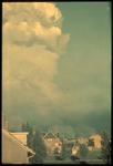1978-2686 Rookwolken van de brand na het bombardement van Rotterdam. Op de voorgrond de omgeving van de Rotterdamse ...