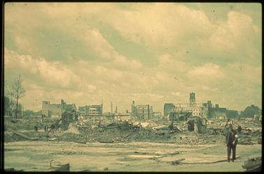 1978-2688 De ruïnes van de getroffen binnenstad van het oosten gezien. Verderop het van de Bijenkorf (midden), de ...