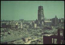 1978-2689 Het Hang na het bombardement van 14 mei 1940. Verderop de restanten van de Sint-Laurenskerk aan het Grotekerkplein.