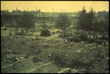 1978-2692 De Zomerhofstraat en de achtergrond het Hofpleinviaduct na het bombardement van 14 mei 1940. Op de ...