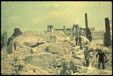 1978-2711 Restanten van het stadhuis aan de Kaasmarkt na het bombardement van 14 mei 1940. Op de achtergrond links het ...