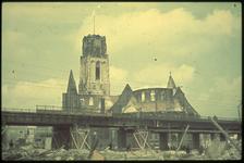 1978-2713 De Sint-Laurenskerk gezien vanuit het oosten. Op de voorgrond het spoorwegviaduct.