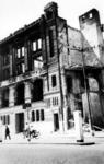 1981-655 Gezicht op de door het Duitse bombardement van 14 mei 1940 getroffen Boompjes met de bijbank van de ...