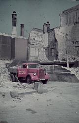 1988-1252 Een vrachtauto van Poot & Baade geladen met puin na het bombardement van mei 1940.