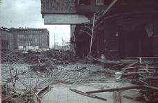 1988-1264 De restanten van de Bijenkorf aan de Schiedamse Vest na het bombardement van 14 mei 1940, uit het westen. Op ...