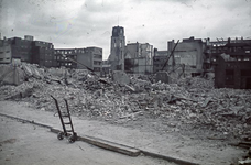 1988-1265 De Sint-Laurenskerk en de achterzijde van de Meent na het bombardement van 14 mei 1940, uit het westen.