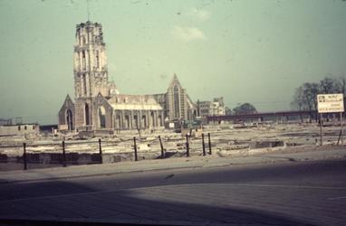 FD-13128 Opname van de Sint-Laurenskerk na het bombardement van mei 1940 vanaf de Zeevischmarkt. Op de voorgrond (onder ...