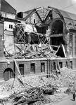 XI-48-00-00-00-01 Gezicht op dedoor het Duitse bombardement van 14 mei 1940 getroffen zuidelijke gevel van het ...