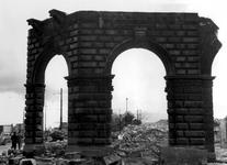 XIV-190-01-02-2 Gezicht op de door het Duitse bombardement van 14 mei 1940 getroffen Kolkkade. Vanaf de Kolkkade met ...