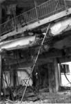 XIV-50-51-01-5 De door het Duitse bombardement van 14 mei 1940 getroffen Beurs. Detail van de balustrade van de ...