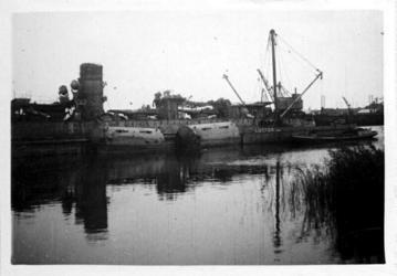 XXXIII-566-12-3 Oorlogsdagen 10-14 mei 1940. Het wrak van de door de Duitsers kapotgeschoten torpedobootjager Hr.Ms. ...
