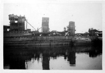XXXIII-566-12-4 Oorlogsdagen 10-14 mei 1940. Door de Duitsers op 10 mei 1940 kapotgeschoten torpedojager Hr. Ms. Van ...