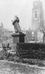 XXXIII-568-01-018 Gezicht op de door het Duitse bombardement van 14 mei 1940 getroffen Grotemarkt met het standbeeld ...