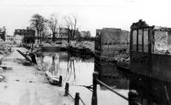 XXXIII-568-01-21 Gezicht op de Steigersgracht bij de Grotemarkt met verwoeste huizen en gebouwen, als gevolg van het ...