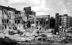 XXXIII-568-01-22 Gezicht op de Kaasmarkt met verwoeste huizen en gebouwen, waaronder het telefoongebouw aan de ...