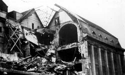 XXXIII-569-02-14 Gezicht op de door het Duitse bombardement van 14 mei 1940 getroffen Meent met het postkantoor aan de ...