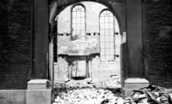 XXXIII-569-02-21 Gezicht in de restanten van de Lutherse kerk aan de zijde van de Korte Wijnstraat, na het bombardement ...