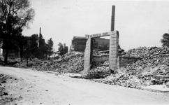 XXXIII-569-02-23 Gezicht in de door het Duitse bombardement van 14 mei 1940 getroffen Korte Wijnstraat met expeditie ...