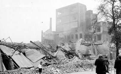 XXXIII-569-09-12 Restanten van de fabriek van C. Jamin aan de Hugo de Grootstraat, als gevolg van het Duitse ...