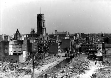 XXXIII-569-16-6 Gezicht op de Delftsevaart, Westewagenstraat, en Meent met verwoeste huizen en gebouwen als gevolg van ...