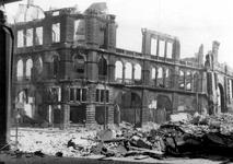 XXXIII-569-23-5 Gezicht op de Geldersekade en Oudehavenkade met het verwoeste gebouw Plan C, als gevolg van het ...