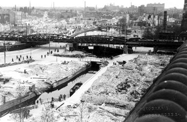 XXXIII-569-27-5 Restanten langs de Rotte en het Stokviswater en bij het spoorwegviaduct na het bombardement van 14 mei ...