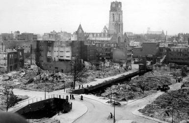 XXXIII-569-27-9 Gezicht langs de Delftsevaart tussen de Meentbrug en de Raambrug met verwoeste huizen en gebouwen als ...