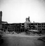 XXXIII-569-33-8 Restanten van de fabriek van Dobbelman, na het bombardement van 14 mei 1940. Op de voorgrond de Sint ...