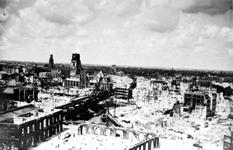 XXXIII-569-36-1 Gezicht vanaf het Witte Huis op de omgeving van de Oudehaven met verwoeste huizen en gebouwen als ...