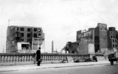 XXXIII-569-36-26 Restanten van panden aan de achterzijde aan de Hoofdsteeg, na het bombardement van 14 mei 1940. Vanaf ...