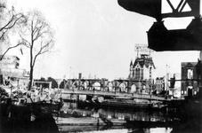XXXIII-569-36-46 Gezicht op de door het Duitse bombardement van 14 mei 1940 getroffen Kolk met restanten van het gebouw ...