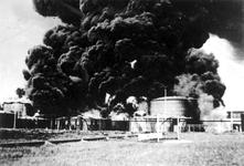XXXIII-569-37-10 Gezicht op brandende petroleumtanks te Pernis, als gevolg van het bombardement van 14 mei 1940.