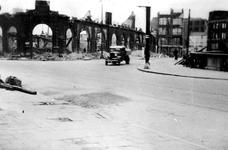 XXXIII-569-37-12 Gezicht op de Oudehavenkade met het verwoeste gebouw Plan C, als gevolg van het Duitse bombardement ...