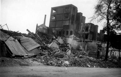 XXXIII-569-37-5 Restanten van de fabriek van C. Jamin aan de Hugo de Grootstraat, als gevolg van het Duitse ...