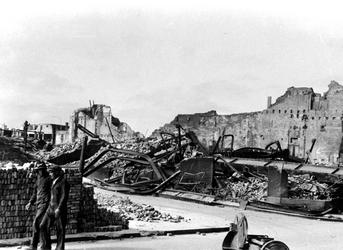 XXXIII-569-39-01-25 Restanten van verbrande panden aan de Wijdekerkstraat, als gevolg van het Duitse bombardement van ...