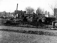 XXXIII-632-00-04-1 Gezicht op het Visserijplein met verwoeste gaarkeuken en panden als gevolg van het bombardement van ...
